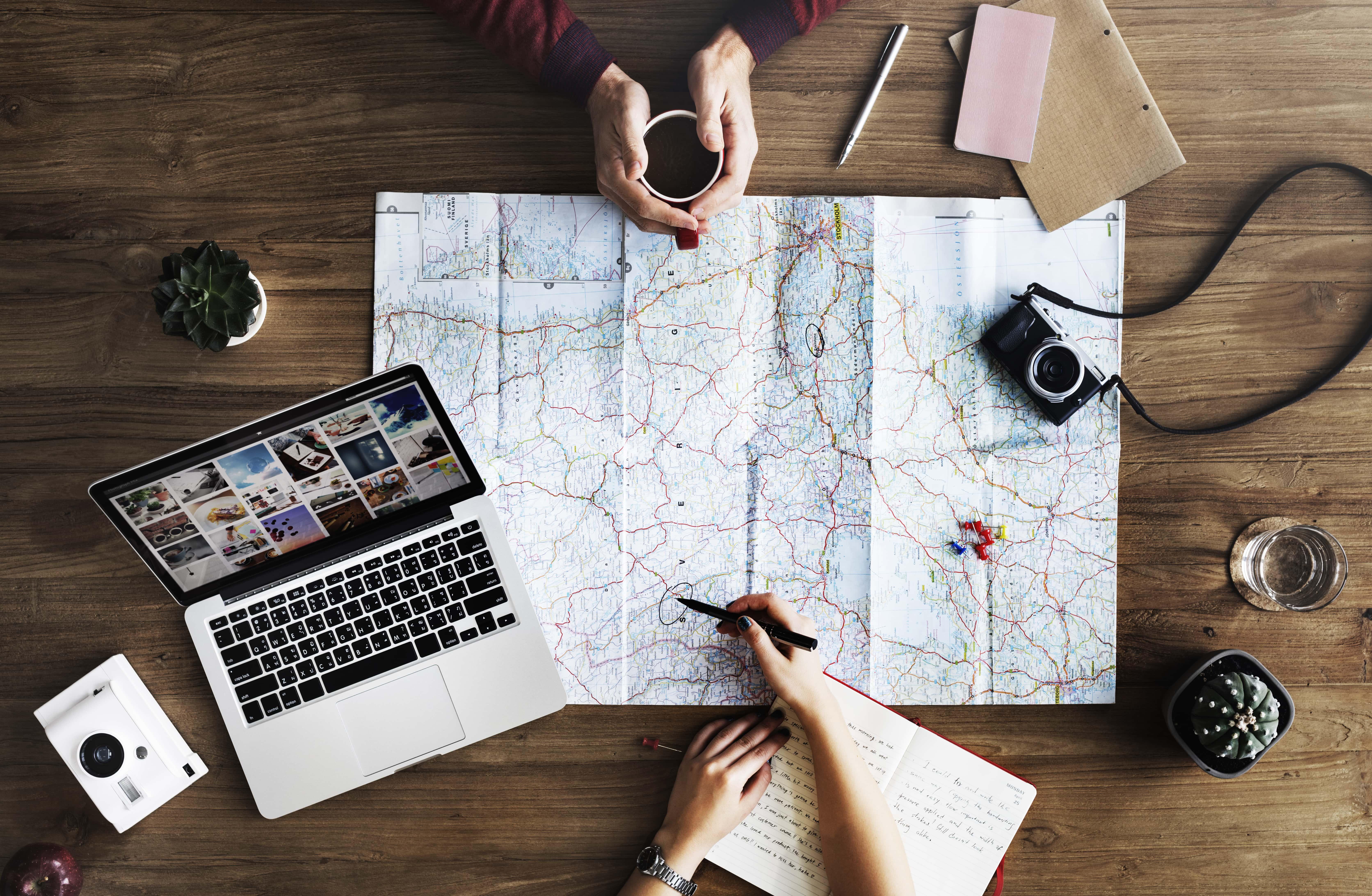 Podróże na etacie – jak łączyć pracę ze zwiedzaniem świata.