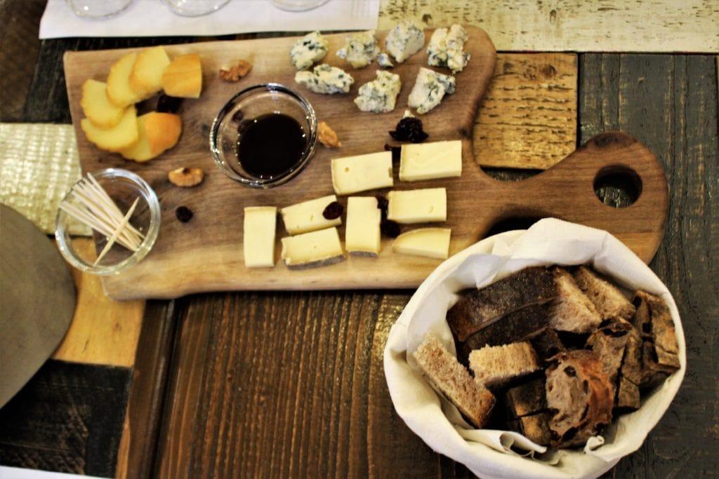 Co zjeść w Budapeszcie wino i sery
